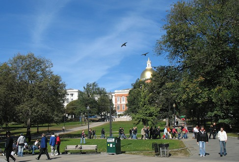Photo of Boston Common looking toward the golden dome of the Massachusetts State House / Boston Neighborhoods / www.boston-discovery-guide.com