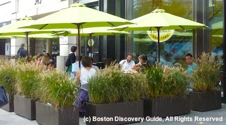 Sidewalk dining outside restaurant in Boston, Massachusetts / www.boston-discovery-guide.com
