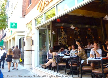Restaurant diners in Boston's North End / www.boston-discovery-guide.com