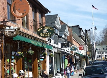 Photo of shops and cafes in Concord, Massachusetts / www.boston-discovery-guide.com