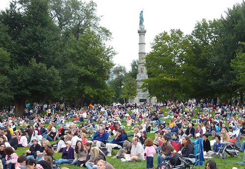 Photo of crowd listening to a Boston Pops concert on Boston Common in September, 2010 / www.boston-discovery-guide.com